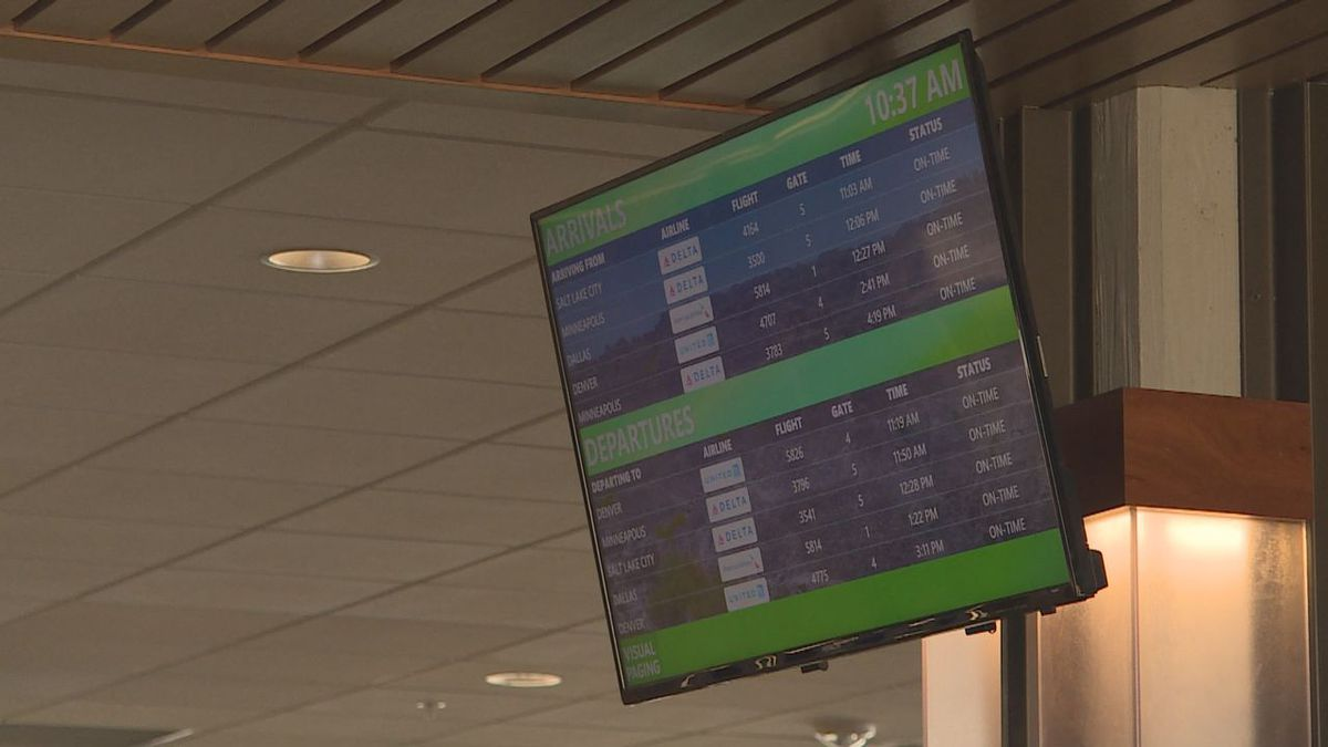 A screen showing departures and arrivals at the airport.